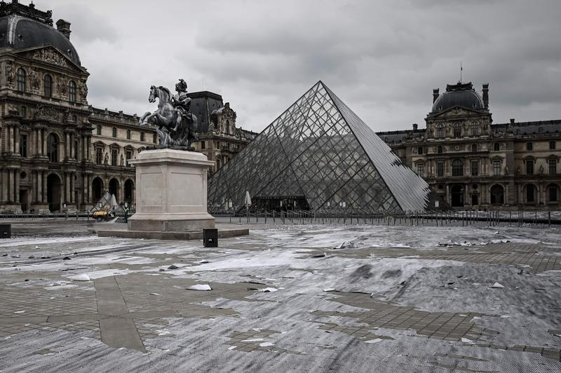 https___hypebeast.com_image_2019_04_jr-installation-musee-du-louvre-torn-to-shreds-info-001.jpg