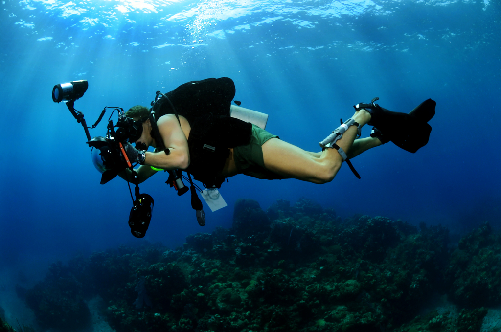 Class_Shane_Tuck,_assigned_to_the_Expeditionary_Combat_Camera_Underwater_Photo_Team,_c.jpg